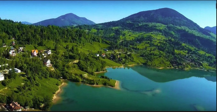 Munte, apa, plaja si aer pur la un loc. Localitatea unica din Romania, comparata cu Alpii elvetieni