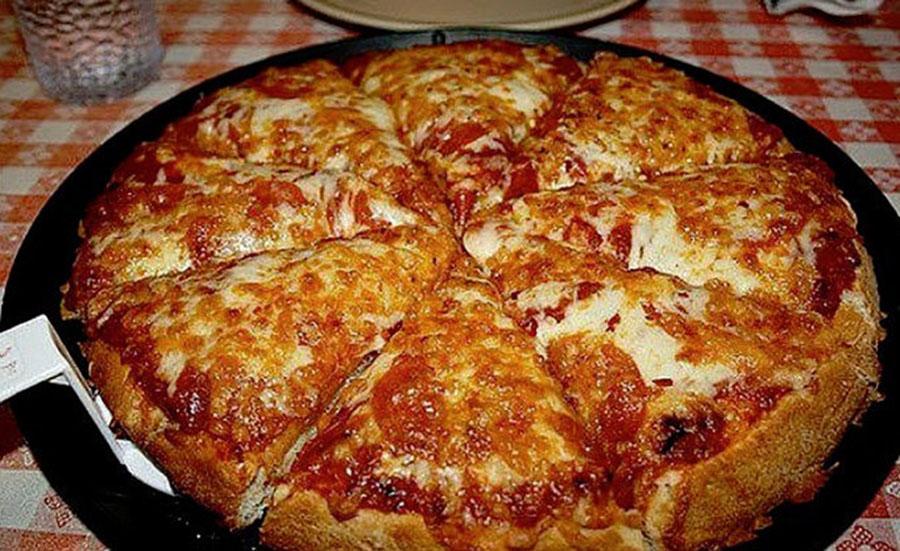 Pizza la tigaie în 10 minute. Notați această rețetă ca să n-o pierdeți
