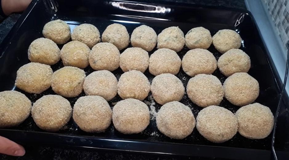 Din 300 g de carne si 3 cartofi obtinem o masa pentru intreaga familie- Chiftelute crocante la exterior si fragede in interior 3